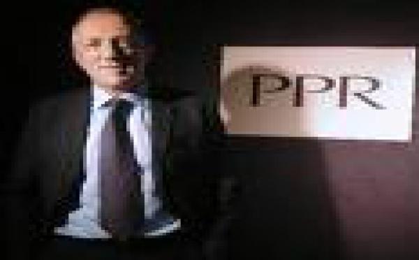 Les salariés du groupe PPR manifestent contre les réductions d'effectifs.